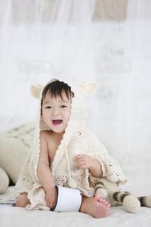 クマ耳ケープの赤ちゃんの写真・画像素材[1406600]