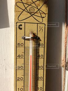 建物の側に温度計 - No.709542