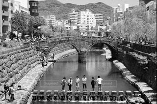 市川に架かる橋を渡る人々 のグループの写真・画像素材[817685]