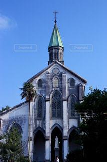 教会建物の側に時計との写真・画像素材[853345]