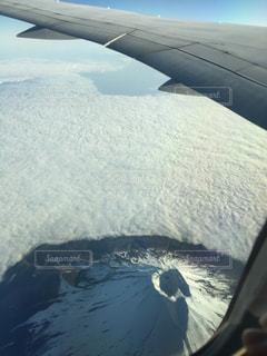 雪に覆われた飛行機の写真・画像素材[2412880]
