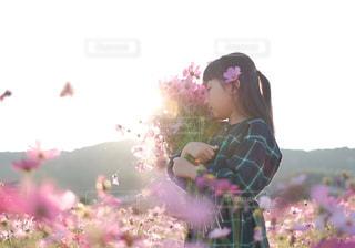 花を持っている人の写真・画像素材[1614861]