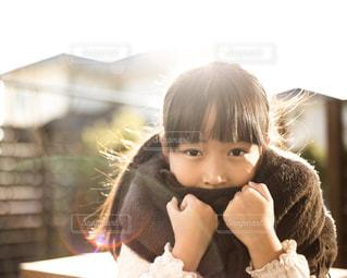 動物のぬいぐるみを保持している小さな女の子の写真・画像素材[1614863]
