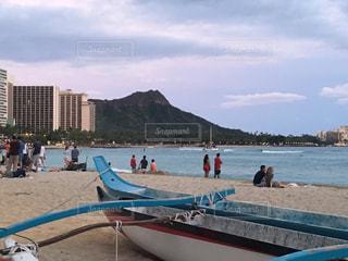 水の体の近くのビーチの人々 のグループの写真・画像素材[1390150]