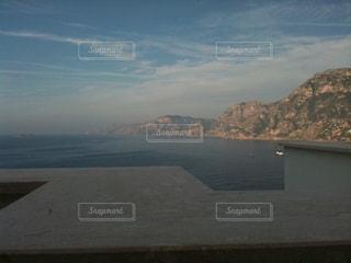 背景の山と水の体の表示の写真・画像素材[1390155]