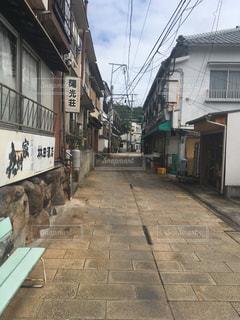歩道を歩いている人のグループの写真・画像素材[1395044]