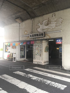 道の端に落書きのある建物の写真・画像素材[1395048]