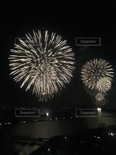 夜空の花火の写真・画像素材[3685281]