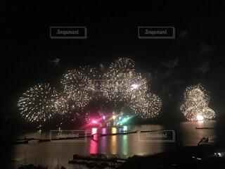 夜空の水域の花火の写真・画像素材[3685282]