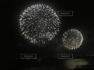 空の花火の写真・画像素材[3685286]