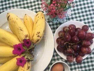 皿の上に果物のボウルの写真・画像素材[3685322]
