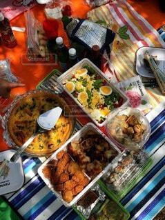 食べ物の束をテーブルの上に置くの写真・画像素材[3685446]
