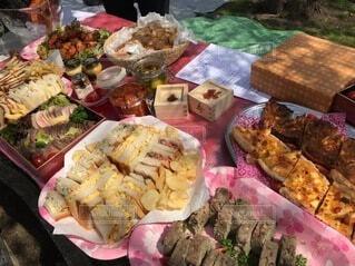 異なる種類の食べ物で満たされた箱の写真・画像素材[3685447]