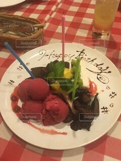 食べ物の皿をテーブルの上に置くの写真・画像素材[3685452]