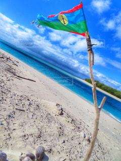 砂浜の上に座っているカラフルな凧の写真・画像素材[1392271]