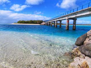 水の体の上の橋の写真・画像素材[1392275]