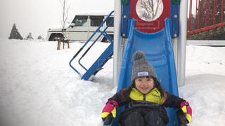 雪の中で立っている少年 - No.950350