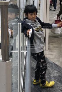 子ども,買い物,ポーズ