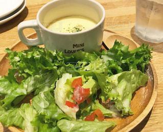 カフェ,ランチ,緑,赤,トマト,野菜,スープ,みずみずしい,サラダ,カップ,レタス,ポタージュ,ナチュラル,プレート,お昼ごはん,自然派