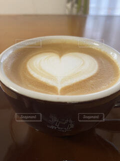 食べ物,カフェ,コーヒー,屋内,テーブル,茶碗,リラックス,座る,マグカップ,食器,カップ,カプチーノ,エスプレッソ,紅茶,カフェオレ,おうちカフェ,ドリンク,ラテ,フラットホワイト,ミルクティー,おうち,コーヒー牛乳,ライフスタイル,カフェイン,飲料,モカ,ホワイトコーヒー,インスタントコーヒー,マキアート,ペストリー,食器類,コーヒー カップ,おうち時間,受け皿,刺激,コーヒー飲料,たんぽぽコーヒー