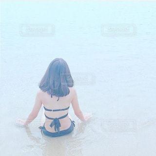 透明な海の中に座る女の子の写真・画像素材[1396738]