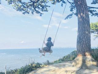 水の体の上に空気を通って飛んで男の写真・画像素材[1426091]