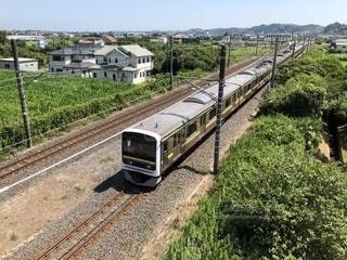 緑の中を走り抜ける列車の写真・画像素材[1398790]