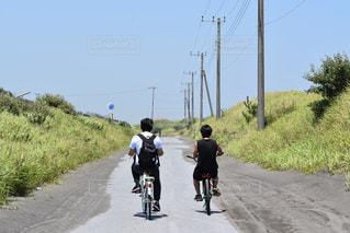 道路で自転車に乗る男の写真・画像素材[1399163]