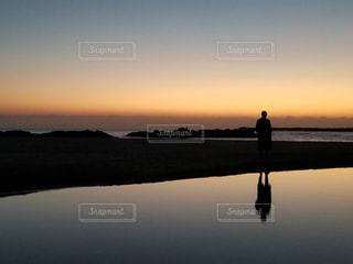 海に見えるもう1人自分の写真・画像素材[1408801]