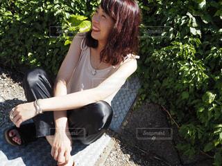 座っている女性の写真・画像素材[1405092]