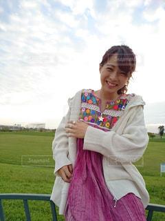 草の中に立っている少女の写真・画像素材[1595534]