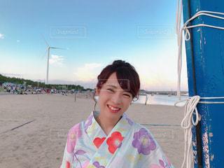 ビーチで笑みを浮かべて少女の写真・画像素材[1595537]