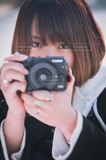 カメラを持っている人の写真・画像素材[1837872]