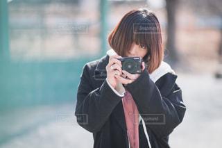 携帯電話で通話中の女性の写真・画像素材[1843066]