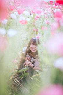 ピンクの花を見た人の写真・画像素材[2352467]