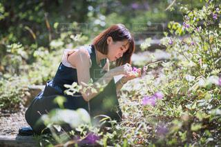 庭に座っている女性の写真・画像素材[2377649]