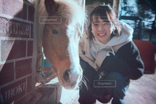 馬をかわいがっている人の写真・画像素材[2962016]