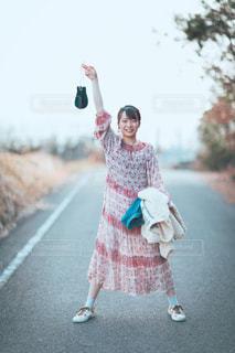 通りを歩いている小さな女の子の写真・画像素材[3123027]