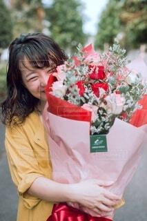 花を持っている人の写真・画像素材[4001053]