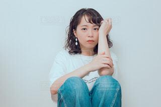 青いシャツを着た少女の写真・画像素材[4333360]