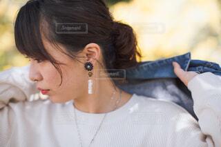 携帯電話で話している女性の写真・画像素材[4333376]