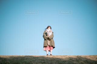 野原に立っている人の写真・画像素材[4445310]