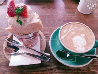 コーヒー1杯の隣の皿の上のケーキの写真・画像素材[2266986]