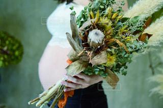 花を持っている手の写真・画像素材[1686207]