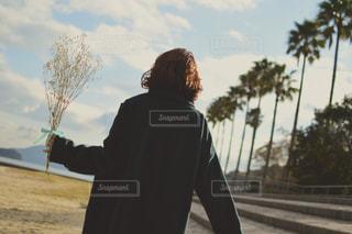 女性,20代,海,かすみ草,花束,後ろ姿,砂浜,お花,人物,背中,後姿