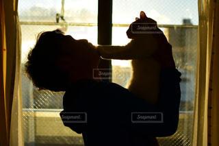 男性,猫,動物,屋内,窓,シルエット,ペット,人物,人,見つめる,見る,ネコ