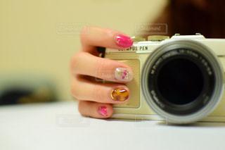 カメラを持つ手の写真・画像素材[3064947]