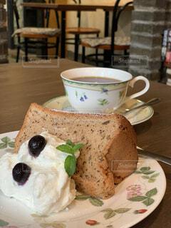 コーヒーとシフォンケーキの写真・画像素材[3776229]