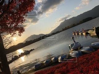 風景,空,秋,夕日,紅葉,湖,ボート,もみじ,オレンジ,秋晴れ,夕暮れ時,秋空,真っ赤,あひるさんボート