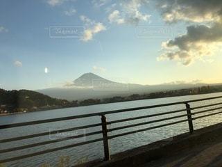 風景,空,秋,夕日,富士山,湖,雲,ボート,景色,オレンジ,車窓,秋晴れ,ドライブ,夕暮れ時,秋空,ガラス越し